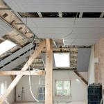 Gerade auch für Altbauwohnungen im Dachgeschoss ermöglichen Trockenbausysteme eine einfache und schnelle Modernisierung des Heizsystems. Foto: djd/Uponor GmbH