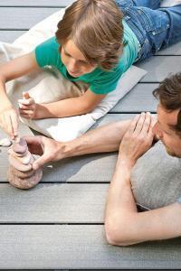 Chill-out im eigenen Garten: Das Freiluftwohnzimmer ist bei allen Generationen gleichermaßen beliebt. Foto: djd/www.megawood.com