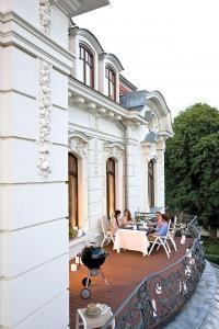 Auch für den Balkon sind die robusten Dielen geeignet: Sie halten Wind und Wetter stand und benötigen nur wenig Pflege. Foto: djd/www.megawood.com