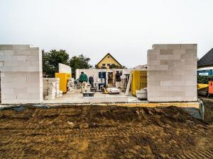 Viele Probleme am Bau entstehen nicht erst auf der Baustelle, sondern verbergen sich bereits in den Verträgen. Foto: djd/Bauherren-Schutzbund