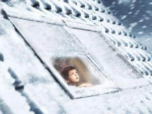 An frostigen Wintertagen können geschlossene Rollläden an den Dachfenstern die Wärmedämmung verbessern. Foto: djd/VELUX
