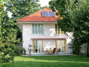 Mit einem Neubau im Passivhausstandard sind die Betriebskosten dauerhaft niedrig und der Wert der Immobilie steigt. Foto: djd/Haacke-Haus