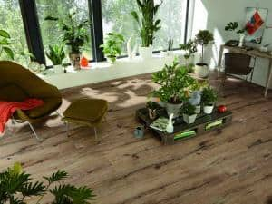 Rustikal-trendiges Laminat im Landhausdielen-Format: Hier kann man Poren, Risse und Astlöcher deutlich spüren. Foto: MeisterWerke/akz-o