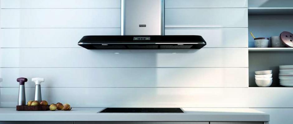 """Sie erinnert an den Stil der 50er-Jahre – die neue junge Wandhaube Retro von Franke (www.franke.de). Mit angesagtem, modern geschwungenem Design und einer Top-Technik im Innern ist sie ein """"Hingucker"""" in jeder Küche. Effizient und leise sorgt sie für ausreichend Frischluft und lässt sich über drei Stufen plus Intensivstufe bequem elektronisch regulieren. Die pfiffige Ablufthaube ist – wahlweise mit schwarzem oder perlweiß-glänzendem Haubenschirm – über den Küchen- und Möbelfachhandel erhältlich. Foto: Franke/akz-o"""