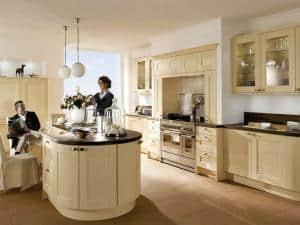 Frauen sorgen instinktiv mit Blumen und anderen Dekorationen auch in der Küche für eine angenehme Wohlfühlatmosphäre. (Foto: AMK)