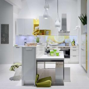 Auch die kleine Küche kann mit farblichen Akzenten, die beiden Geschlechtern gefallen, schön und gemütlich werden. (Foto: AMK)