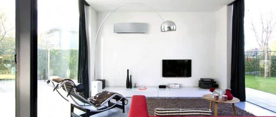 Ein angenehmes Raumklima auch an heißen Sommertagen: Klimageräte kühlen nicht nur das Haus, sondern filtern zugleich die Luft. Foto: djd/Daikin