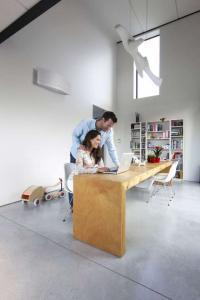 Das Raumklima wirkt sich direkt auf das Wohlbefinden aus: Stickige, überhitzte Räume können die Konzentration beeinträchtigen und zu Kopfschmerzen führen. Foto: djd/Daikin