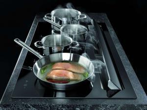 """Komfortables Kochen ohne """"Stolperfalle"""" – das erste Modell mit integrierter Abzugsfunktion im hinteren Bereich. Foto: Oranier/akz-o"""