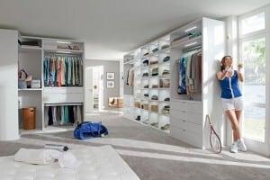 Nicht lange suchen, sondern einfach finden: Ein begehbarer Kleiderschrank sorgt für mehr Überblick über die eigene Garderobe.Foto: djd/TopaTeam/Nolte Moebel