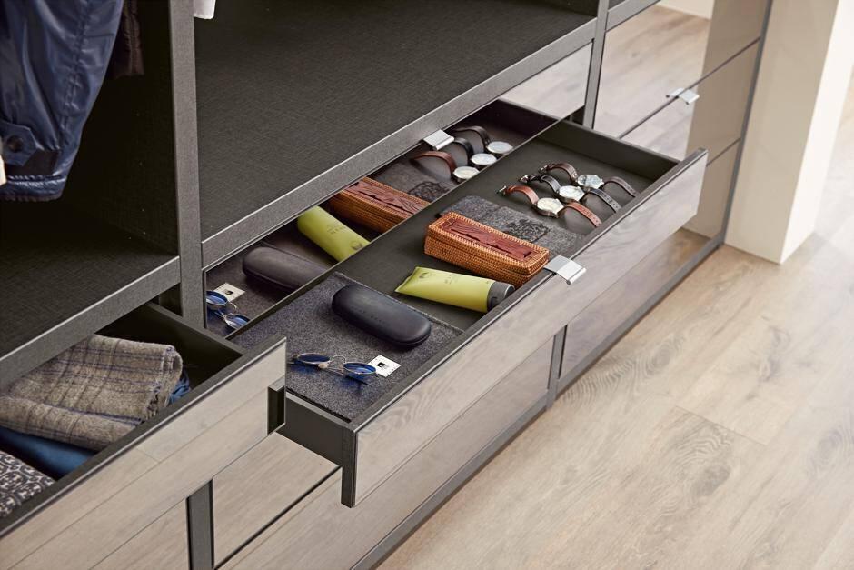 ein begehbarer kleiderschrank sollte individuell geplant werden jetzt auf immobilien und hausbau. Black Bedroom Furniture Sets. Home Design Ideas
