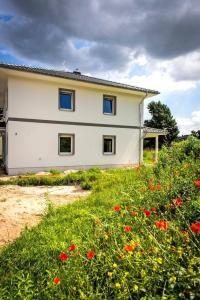 Bei der Plaung einer Photovoltaikanlage auf dem Haus müssen die geografische Lage des Hauses, mögliche Verschattungen und weitere Faktoren beachtet werden. Foto: djd/Bauherren-Schutzbund