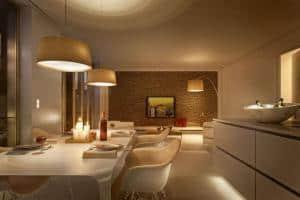 Sanft gedämpftes Licht schafft Atmosphäre - und ist mit energieeffizienten LEDs auch noch besonders sparsam. Foto: djd/Elektro+/Jung