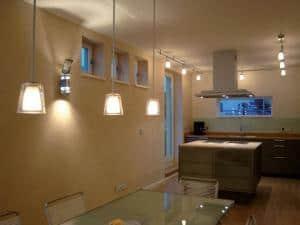 Wenn LED-Lichter nicht permanent mit voller Leistung, sondern gedimmt betrieben werden, sinkt ihr Stromverbrauch und die Lebensdauer steigt. Foto: djd/Elrektro+/Busch-Jaeger