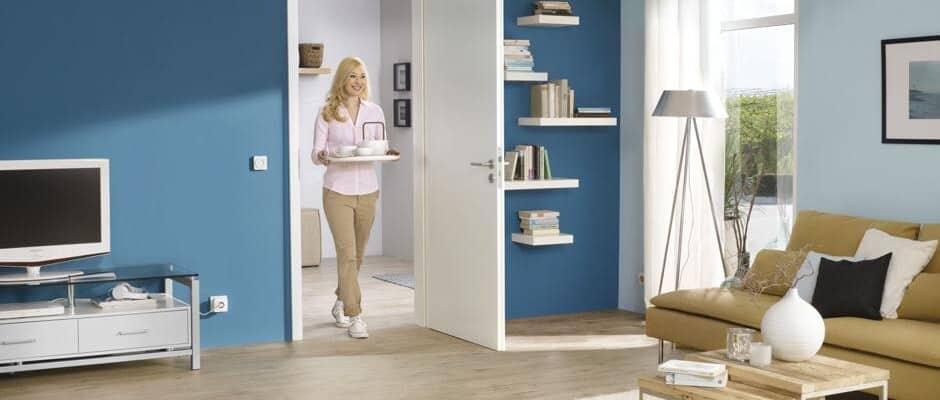 Mit schweren Einkaufstaschen oder einem Tablett in den Händen sind automatisch betätigte Türen eine große Erleichterung im Alltag. Foto: djd/Hörmann