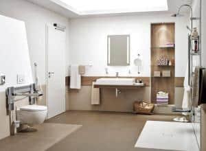 Zu einem barrierefreien Badezimmer gehört nicht nur eine ebenerdige Dusche und ein behindertengerechtes WC, sondern ebenso eine automatisch betriebene Tür, die Rollstuhlfahrern oder Menschen mit Rollator das Badezimmer zugänglich macht. Foto: djd/Hörmann