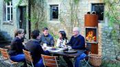 Eleganter Terrassen-Ofen sorgt für exklusive Momente. Foto: Cera Design/Schott/akz-o