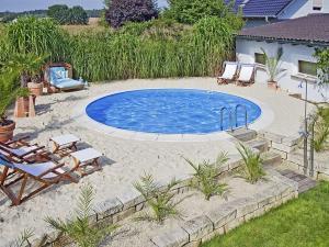 Ein Pool ist eine Bereicherung für jeden Garten. Bei der Planung allerdings sind unzählige Details zu beachten - ohne Unterstützung durch erfahrene Profis geht dies nicht. Foto: djd/Bundesverband Schwimmbad & Wellness e.V.