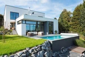 Ein echtes Schmuckstück: Ein privater Pool macht den Garten noch mal so attraktiv. Foto: djd/Bundesverband Schwimmbad & Wellness e.V.