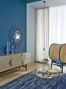 Die Trendfarbe Dunkelblau passt sehr gut zum aktuell angesagten Retro-Stil im Möbeldesign. Foto: djd/Schöner Wohnen-Farbe