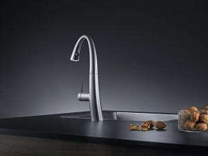 Eine perfekte Edelstahl-Optik in der Küche bietet diese Armatur. Eingesetzt werden innovative Beschichtungsverfahren, um die Oberfläche optisch und funktional zu veredeln. Foto: djd/KWC