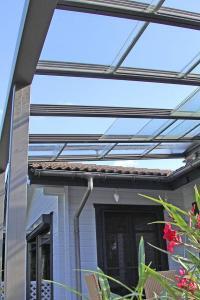 Die Elemente des Glasdachs lassen sich einzeln nach Bedarf bewegen. Foto: djd/JOKA-SYSTEM GmbH