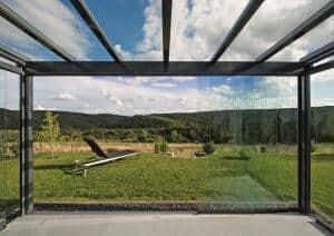 Im geschlossenen Zustand beeinträchtigen die rahmenlosen Glaselemente den Blick überhaupt nicht. Foto: djd/Sonne-am-Haus.de