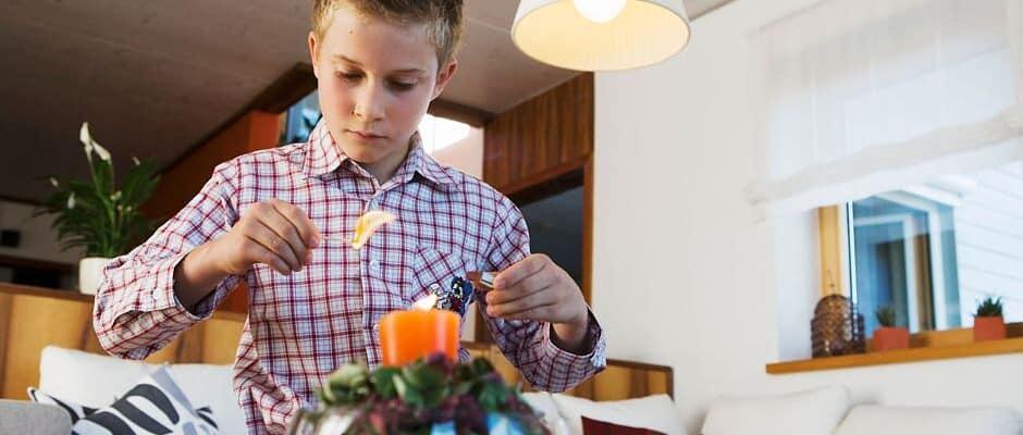 Echte Kerzen sind stimmungsvoll, aber auch gefährlich. Häufig sind sie die Ursache für Brände in der Weihnachtszeit. Foto: djd/ABUS