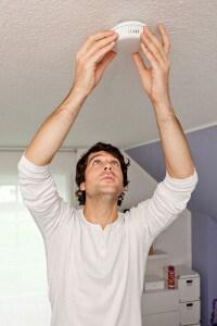 Mit Magnetbefestigung lassen sich manche Rauchmelder innerhalb von 30 Sekunden an der Decke installieren. Foto: djd/ABUS