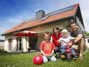 Mit einer modernen Solarthermie-Anlage ist man immer im Plus - denn beim Energieeffizienzlabel für den Wärmeerzeuger wird stets die Energieeffizienzklasse A+ bis A+++ erreicht. Foto: djd/BDH