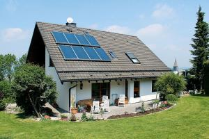 Je nach Gebäudestandard lassen sich mit einer solarthermischen Anlage mindestens zehn bis 30 Prozent der Energiekosten einsparen, bei Niedrigenergiehäusern sogar bis zu 40 Prozent. Foto: djd/BDH