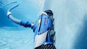 Während automatische oder halbautomatische Poolroboter ihren Reinigungsjob im Schwimmbecken erledigen, kann der Poolbesitzer sich angenehmeren Tätigkeiten widmen. Foto: djd/Zodiac