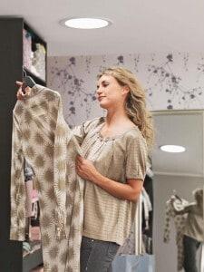 Der begehbare Kleiderschrank ist nur dann praktisch, wenn für eine gute, tageslichtähnliche Beleuchtung gesorgt ist. Foto: djd/VELUX