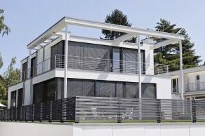 Gerade zur modernen Optik in einem klaren, kubischen Baustil will der passende Zaun mit Bedacht ausgewählt werden. Foto: djd/GUARDI - Rudolf Czapek Metallbau GesmbH
