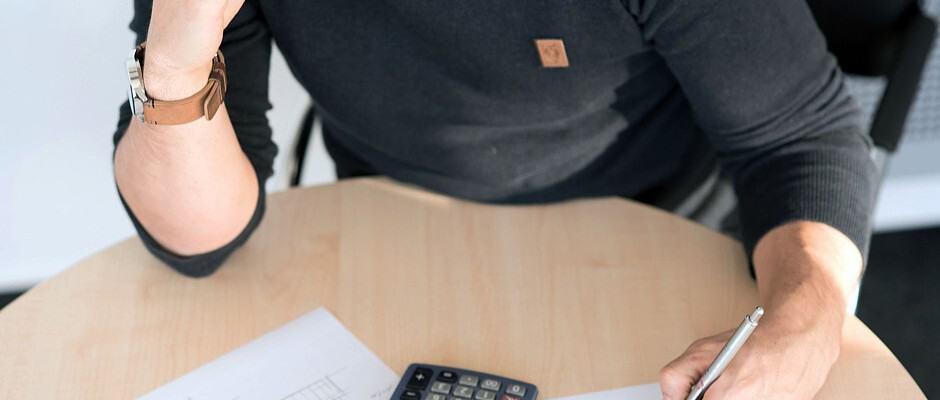 Wer sein Haus finanzieren möchte, sollte als erstes eine eingehende Prüfung seiner finanziellen Möglichkeiten vornehmen. Foto: djd/Dr. Klein & Co. AG; Fotograf: André Leisner