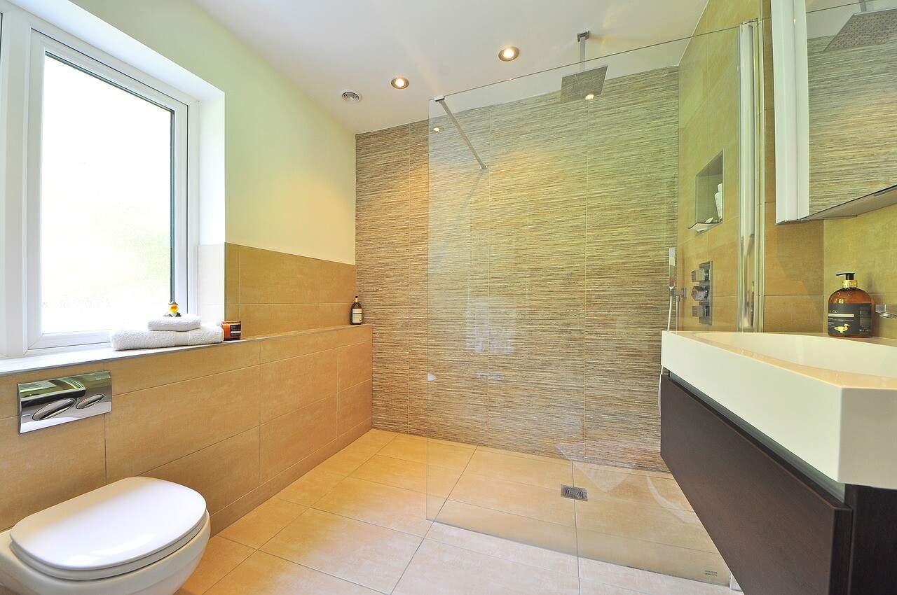 In einem Bad müssen einige Dinge an der Wand angebracht werden - am Besten ohne zu bohren