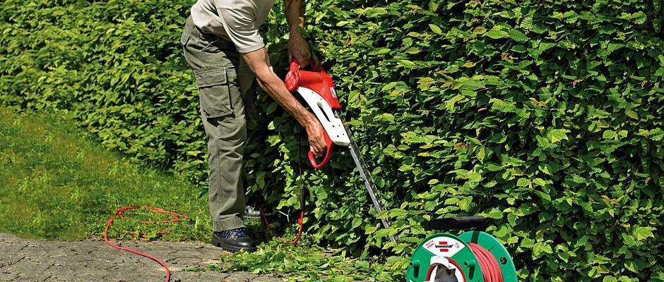 Kabeltrommeln bringen Strom dahin, wo er gebraucht wird - auch in entfernte Winkel des Gartens. Foto: djd/Hugo Brennenstuhl GmbH & Co.KG