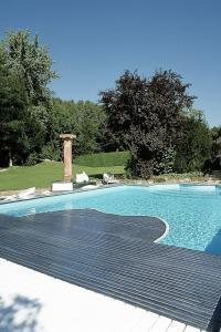 Moderne Energiespartechnik wie eine Wärmepumpe oder eine Poolabdeckung hält die Betriebskosten für den privaten Pool niedrig. Foto: djd/Bundesverband Schwimmbad & Wellness e.V.