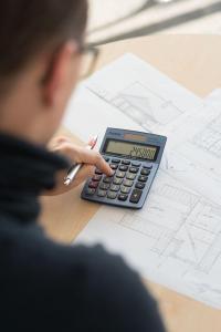 Vor der Entscheidung für den Bau oder den Kauf einer Immobilie ist gründliches Rechnen gefragt. Je mehr Eigenkapital die Immobilieninteressenten einbringen, desto sicherer ist die Finanzierung. Foto: djd/Dr. Klein Privatkunden AG/André Leisner