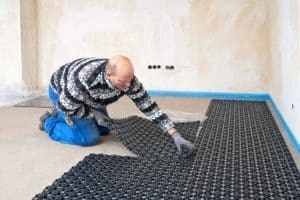Mit speziellen Renovierungssystemen ist es nun möglich, auch im Altbau nachträglich eine Fußbodenheizung zu verlegen. Foto: djd/Uponor GmbH