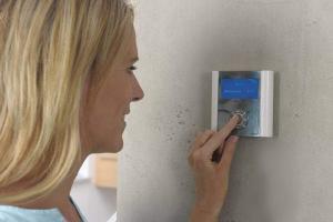 Moderne Regelungen machen die Einstellung der Raumtemperatur besonders einfach und komfortabel. Foto: djd/Uponor GmbH