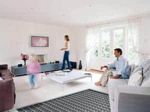 Die Installation einer Fußbodenheizung verbindet ein gesundes Raumklima mit angenehmer Strahlungswärme sowie geringeren Heizkosten. Foto: djd/Uponor GmbH