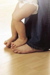 Hier macht Barfußgehen Spaß: Die Wärme einer Fußbodenheizung wird als besonders angenehm empfunden. Foto: djd/Uponor GmbH