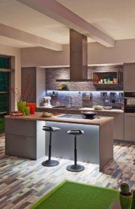 Eine Küche mit klaren Konturen: Die LED-Stripes sorgen hier mit ihrer indirekten Beleuchtung für ein unverwechselbares Ambiente. Foto: djd/Paulmann Licht