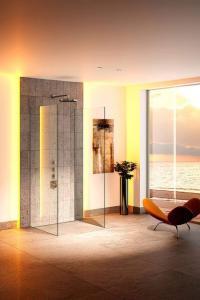 Hinterleuchtete Wandscheiben können dank vorkonfektionierter Sets schnell und einfach hergestellt werden. Foto: djd/Schlüter-Systems