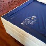 Ein sogenanntes Softside-Wasserbett hat einen weichen Schaumstoffrahmen, der das Ein- und Aussteigen erleichtert. Foto: djd/www.akva.com