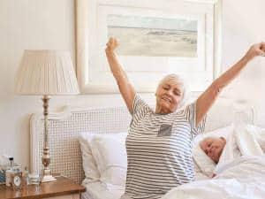 Ausgeruht und schmerzfrei aufwachen - das richtige Bett kann viel zu einem erholsamen Schlaf beitragen. Foto: djd/www.akva.com/mavoimages - stock.adobe.com