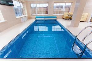 Ein Pool kann sich auch im Innere des Hauses wie z.B. im Keller befinden