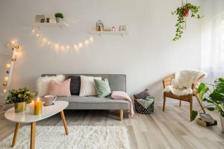 Sofa, Couchtisch und Korbstuhl im skandinavischen Wohnzimmer-Hyggestil Foto: Dariusz Jarzabek / shutterstock.com