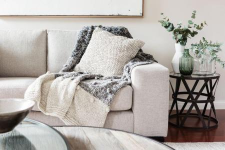 Helle und kuschlige Texture sind markant für den Hygge-Stil Foto: Jodie Johnson / shutterstock.com